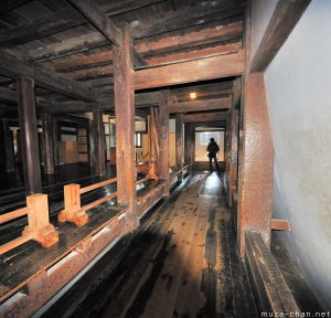 matsumoto-castle-warriors-running-passage
